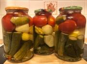 Консервированные маринованные  огурцы, патиссоны и помидоры (ассорти) в банке 1,5 л
